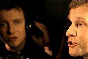 Print Screen z klipu kabaretu RAK i Piotra Kupichy Gorzkie Dymy