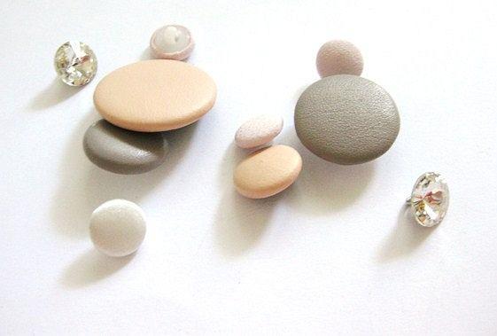 DIY - opaska potrzebujesz: wstążka rypsowa ok 50 cm, wąska gumka - ok 20 cm, guziki, koraliki;