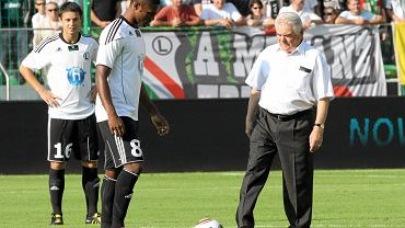 Legia - Arsenal, pierwsze kopnięcie Lucjana Brychczego. Od lewej: Ariel Borysiuk i Bruno Mezenga