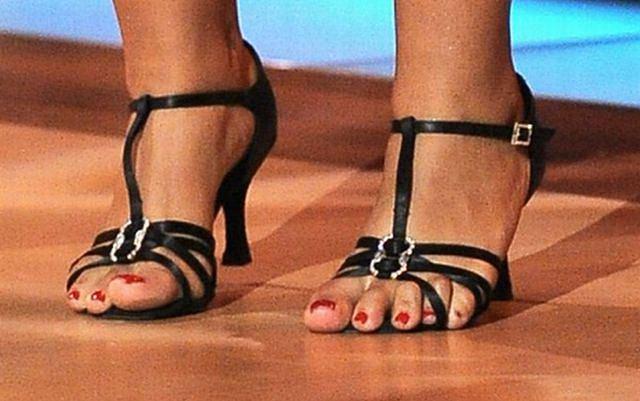 Producenci powinni zadbać o komfort pracy Kazadi i dać jej odpowiednie obuwie, a nie buty za małe o kilka rozmiarów. Spójrzcie tylko na jej palce!