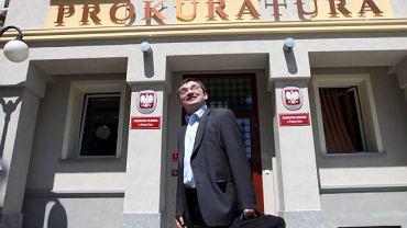Wypowiedzi byłego ministra sprawiedliwości Zbigniewa Ziobry potwierdziły, że rozmowy dziennikarzy rozpracowywano w sprawach o przecieki tajnych informacji. Na zdjęciu: Zbigniew Ziobro przed prokuraturą w Zielonej Górze, gdzie był przesłuchiwany 3 lipca 2009 r.