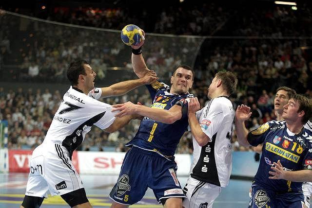 Liga Mistrzów: THW Kiel - Vive Targi Kielce (33:29). Michał Jurecki w kleszczach Jerome Fernandeza i Filipa Jichy