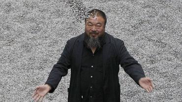 """Chiński artysta Ai Weiwei na tle instalacji """"ziarna Słonecznika"""" w galerii Tate Modern w Londynie"""