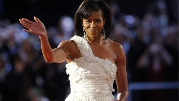 W styczniu 2009 roku Michelle Obama pojawiła się w sukni mało znanego, młodego projektanta Jasona Wu. Dzisiaj 27-letni Wu przyznaje, że wybór  sukni jego projektu przez pierwszą damę Ameryki odmienił jego życie. Butiku z całego świata z chęcią zamawiają jego sukieniki