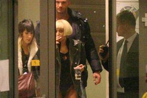 Lady Gaga najwyraźniej nie została poinformowana o całkowitym zakazie palenia w miejscach publicznych obowiązującym od niedawna w Polsce, bo w najlepsze oddawała się nałogowi na krótko przed koncertem. I dała się na tym przyłapać. W imię staropolskiej gościnności, wybaczamy!