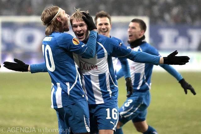 Siergiej Kriwiec jako pierwszy gratuluje gola Artjomsowi Rudnevsowi