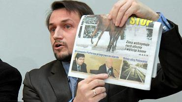 Piotr Guział z lokalną gazetą