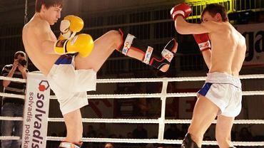 Pojedynek braci Rajewskich. Sebastian (żółte rękawice) i Mateusz (czerwone rękawice) walczyli ze sobą podczas gali Angels of Fire