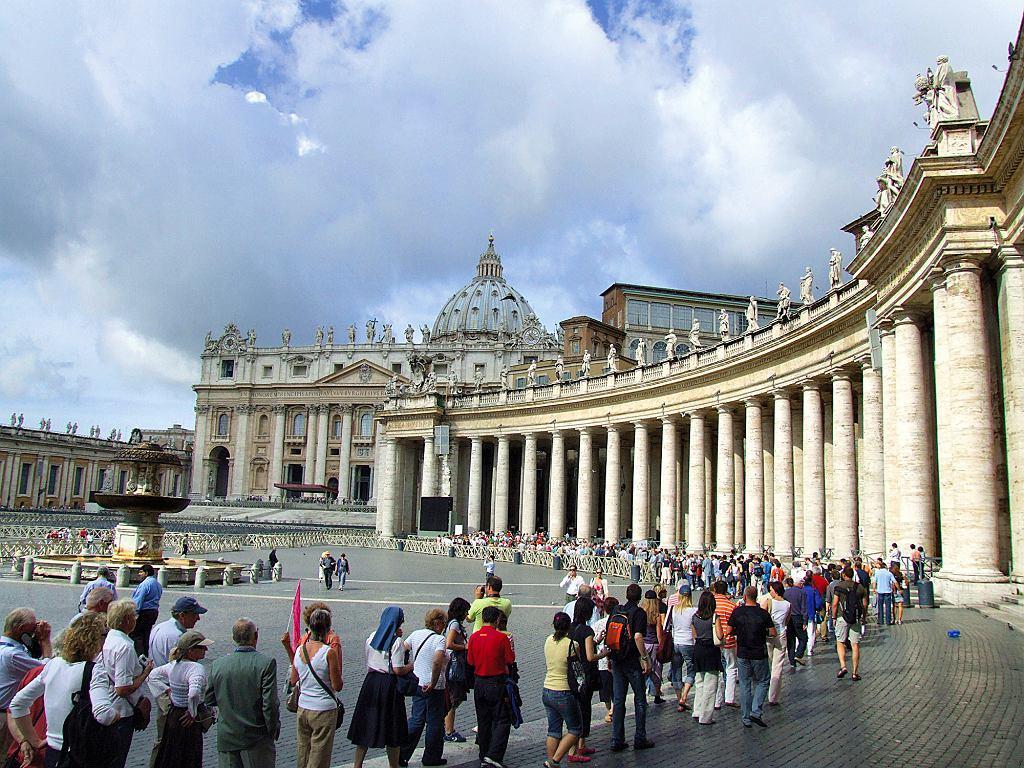 Watykan, kolejka oczekujących na wejście do Bazyliki św. Piotra