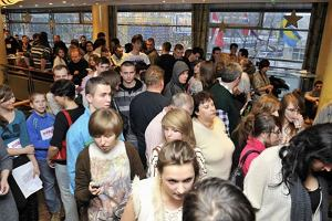 W miniony weekend odbyły się dwa pierwsze castingi do Must be the music. Tylko muzyka - w Gdańsku i Warszawie. Hotelowe korytarze rozbrzmiewały kakofonią dźwięków i śpiewu. Mimo upływających godzin przesłuchań, kolorowy tłum nie topniał. Najgoręcej było w Warszawie. Mimo, iż obydwa castingi zaczynały się od 9:30, to w Gdańsku czekano pod hotelem już od 3 w nocy, a w Warszawie aż od 1 w nocy. Nic więc dziwnego, że po kilkoro z nich w ciągu dnia musiały podjechać karetki pogotowia. Uczestników show oceniał m.in. Darek Krupa. Myślicie, że załapał się do programu jako juror?