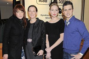 Mama, siostra i żona Mateusza Damięckiego przybyły na premierę spektaklu Skazani na Shawshank w Teatrze Syrena. Wszystkie chętnie pozowały z Mateuszem. Poznajcie najważniejsze kobiety w życiu aktora.