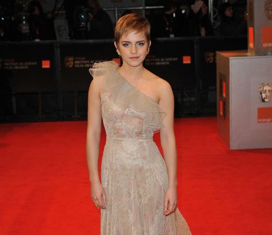 Emma Watson w sukni Valentino na BAFTA 2011, czerwony dywan, beżowa suknia, elegancko