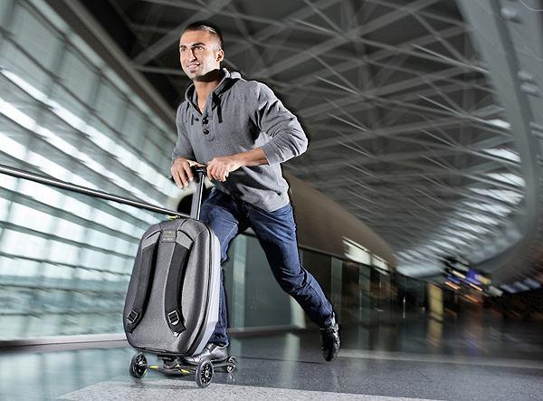 Micro Samsonite - 26-litrową walizkę na kółkach w dwóch prostych ruchach zamienisz w hulajnogę