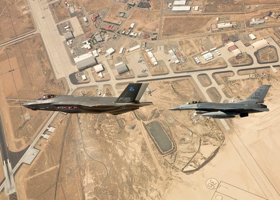 Elektronika potrafi wskazać naziemne eksplozje czy miejsca, z których strzelono w kierunku samolotu. Wersja STOVL może natomiast lądować prawie bez asysty pilota.