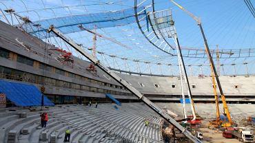 Marzec 2011. Budowa szklanej części zadaszenia - budowa Stadionu Narodowego - 14 marca 2011 r.