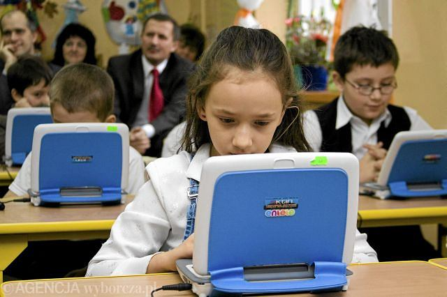 Uczniowie pracują na netbookach