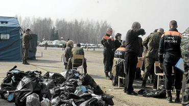 Rzeczy osobiste pasażerów i załogi, które zostały odnalezione pomiędzy szczątkami samolotu. Zdjęcie z 11 kwietnia 2010 roku