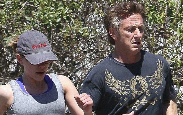Niedawno Scarlett Johansson rozwiodła się z Ryanem Reynoldsem, a już od 2 miesięcy krążą pogłoski o jej romansie ze starszym o 24 lata Seanem Pennem. Plotki te potwierdziły się, gdy para pojawiła się razem na ślubie Reese Witherspoon i Jima Totha. Aktorka bardzo dobrze rozumie się z dziećmi Penna, 20-letnią córką Dylan i 17-letnim Hopperem. Nic dziwnego, w końcu są prawie w tym samym wieku. Widać, że Sean przy niej też staje się młody duchem. Fotoreporterzy przyłapali parę na wspólnym joggingu. Scarlett ma wyraźnie zaokrąglony brzuszek. Chce go zrzucić czy jest w ciąży?
