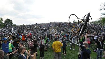 Masa Krytyczna w Budapeszcie - moment podnoszenia rowerów po przejeździe.