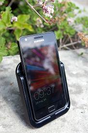 Telefon Samsung Galaxy S II w stacji dokującej.