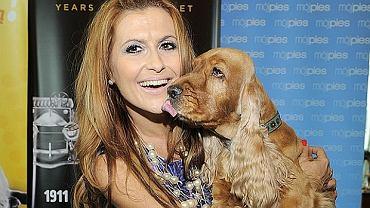 Katarzyna Skrzynecka ze swoim psem, spanielem.