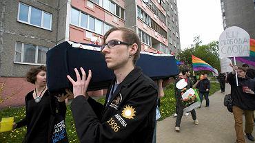 17 maja białoruscy działacze ruchu gejowskiego zorganizowali w Mińsku pogrzeb demokracji: Siergiej Yenin i Barbara Krasócka niosą trumnę. Z tyłu z wieńcem - Siegiej Pradzed