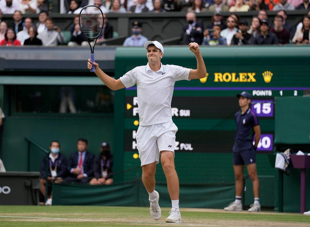 Radość Huberta Hurkacza po wygranej w Wimbledonie z Rogerem Federerem