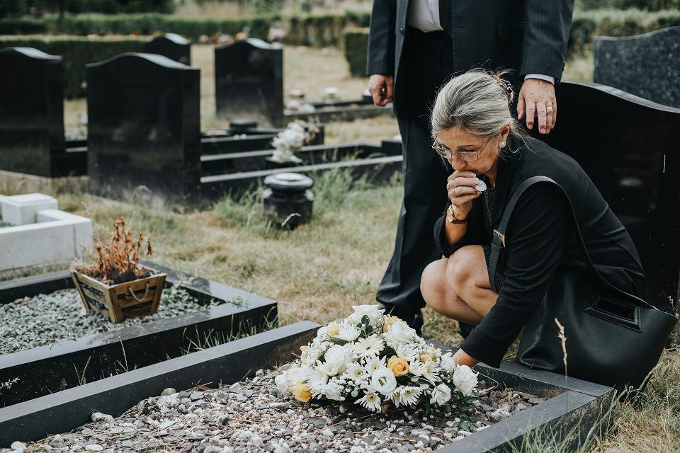 Staramy się regularnie odwiedzać groby najbliższych, na regularne sprzątanie nagrobków często nie ma już czasu
