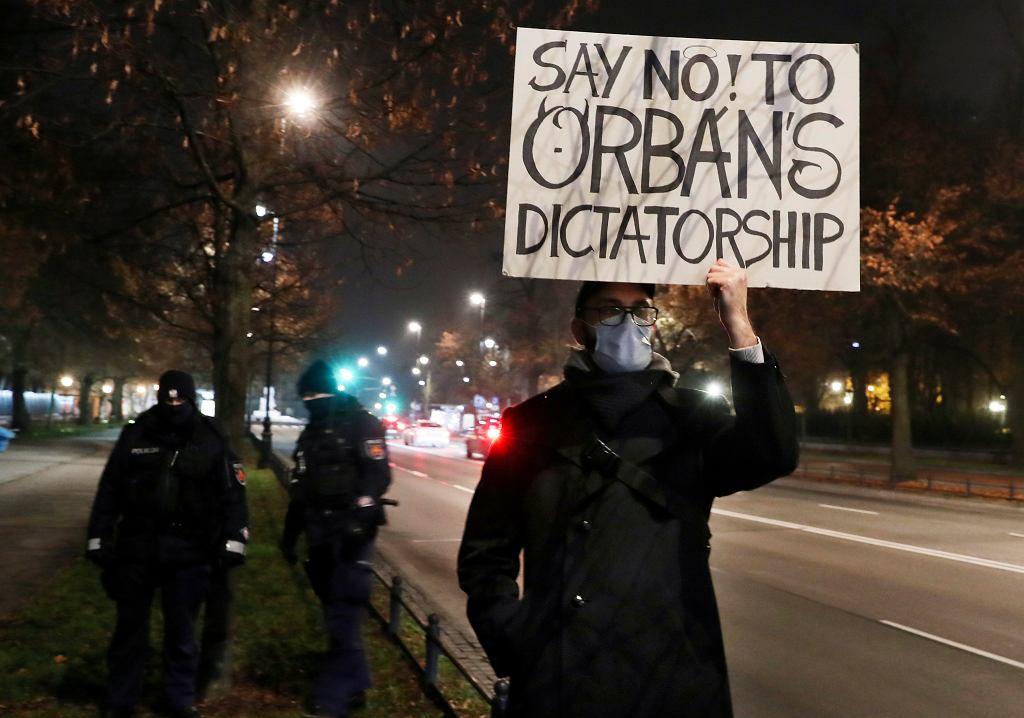 'Powiedzmy 'nie' dyktaturze Orbana' - transparent