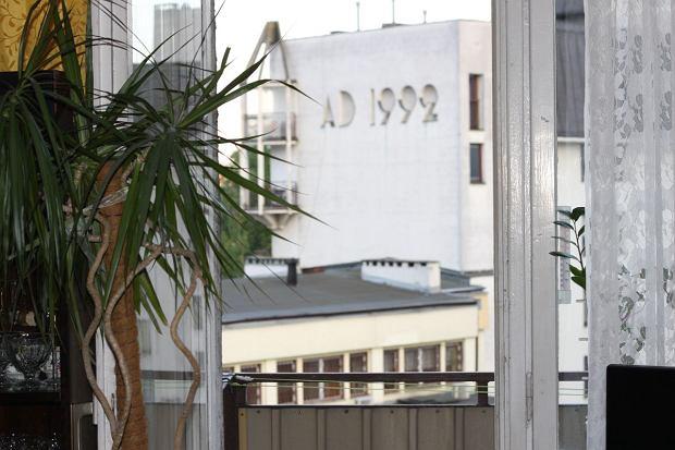 Widok z pokoju Dariusza Olszewicza na okoliczne bloki