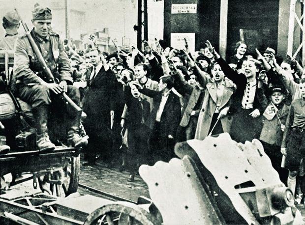 9 września 1939 roku w Łodzi. Niemieccy mieszkańcy miasta witają żołnierzy Wehrmachtu. W kwietniu 1940 r. Hitler kazał przemianować Łódź na Litzmannstadt - na cześć Karla Litzmanna, jednego z niemieckich generałów dowodzących w bitwie z Rosjanami stoczonej w listopadzie 1914 r. Przeszła ona do historii jako bitwa pod Łodzią lub pod Brzeżanami
