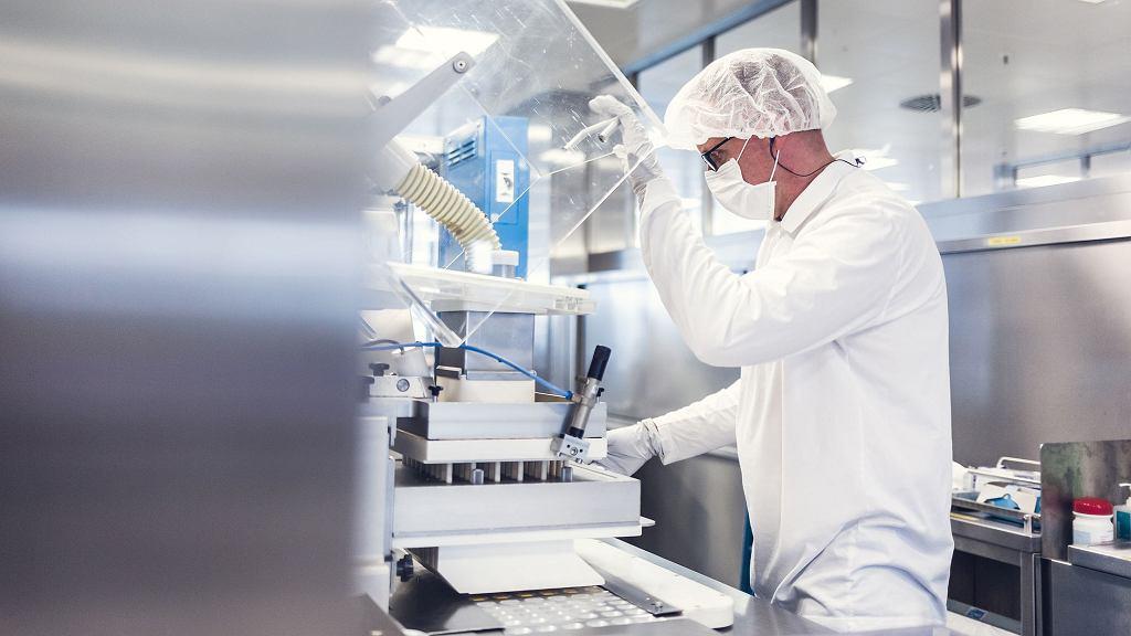 Gdy wygasa ochrona patentowa leku biologicznego, jego produkcję rozpoczyna wielu innych producentów. Aby zarejestrować swoje leki, muszą na podstawie badań klinicznych wykazać, że działają one tak, jak preparat już obecny na rynku. Na zdjęciu: produkcja leków generycznych w firmie Sandoz