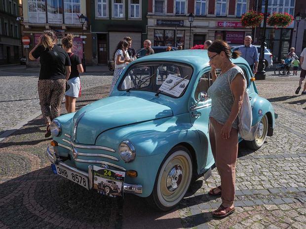 Zdjęcie numer 24 w galerii - Międzynarodowy rajd zabytkowych pojazdów na Rynku w Wałbrzychu. Było co podziwiać [ZDJĘCIA]