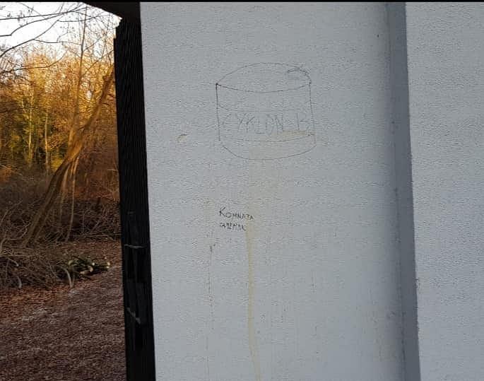 Zdjęcie numer 3 w galerii - Skandal w Częstochowie. Obrzydliwe antysemickie napisy na bramie cmentarza żydowskiego