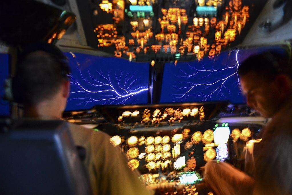 Ognie świętego Elma widziane z kokpitu samolotu