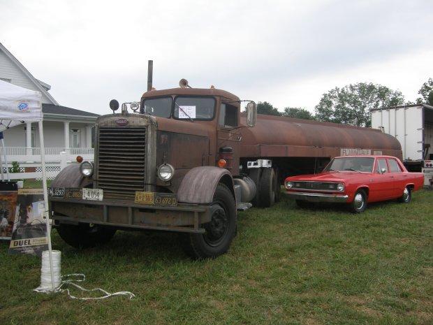 Ciężarówka i Plymouth Valiant z ''Pojedynku na szosie'' (fot.PanzerschreckLeopard / http://bit.ly/1u9i61p / CC BY http://bit.ly/1jmalQx )