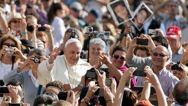 Papież Franciszek wśród wiernych na pl. św. Piotra