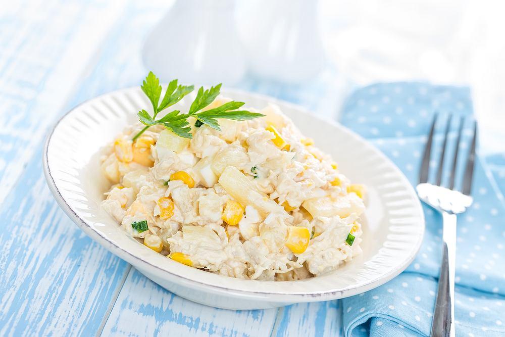 Sałatka z kurczakiem i ananasem to klasyk, ale można ją podawać z różnymi dodatkami i przyprawami