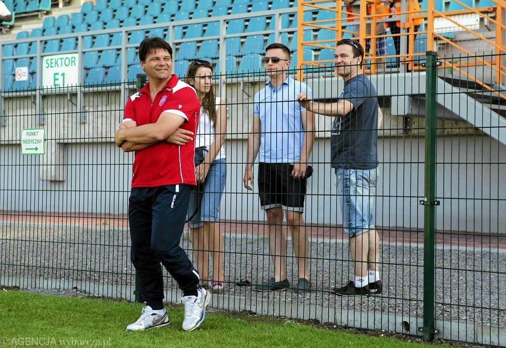 Właściciel Rakowa Michał Świerczewski (w niebieskiej koszulce) po meczu w Tarnobrzegu