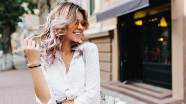 Płukanka do włosów blond pomaga wyeliminować żółte odcienie. Zdjęcie ilustracyjne
