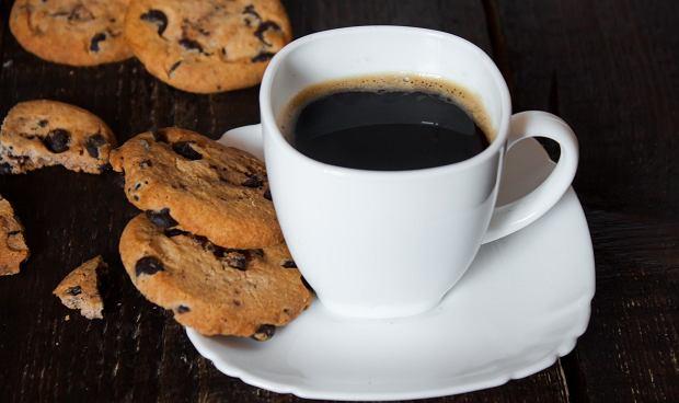 Picie kawy na pusty żołądek drażni jego śluzówkę.