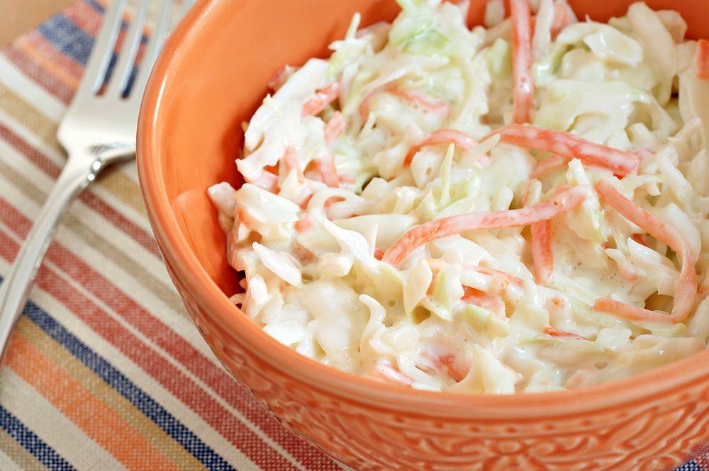 Surówka colesław sprawdzi się jako dodatek do większości dań obiadowych