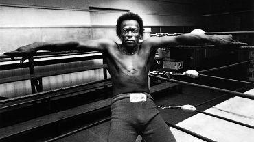 Rok 1971, Newman's Gym w San Francisco. Miles Davis przedpołudniami boksował, a wieczorami grał koncerty. Nikt nie miał prawa zakłócać mu treningu. To, że pozwolił zrobić sobie zdjęcia w ringu Jimowi Marshallowi, stanowiło wyjątkową sytuację.