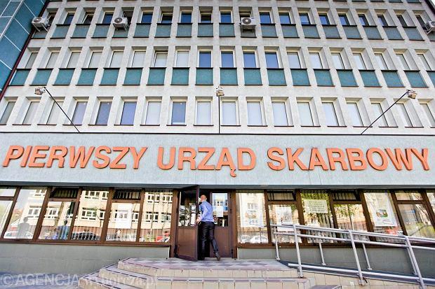 """Drugi próg podatkowy powinien wynosić dziś 120 tys. zł. Nie zmieniano go od 10 lat. A PiS """"pracuje"""" nad klinem"""