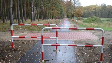 'Niebezpieczne' skrzyżowanie drogi leśnej z drogą rowerową w rejonie Nowego Warpna. I barierki bezpieczeństwa