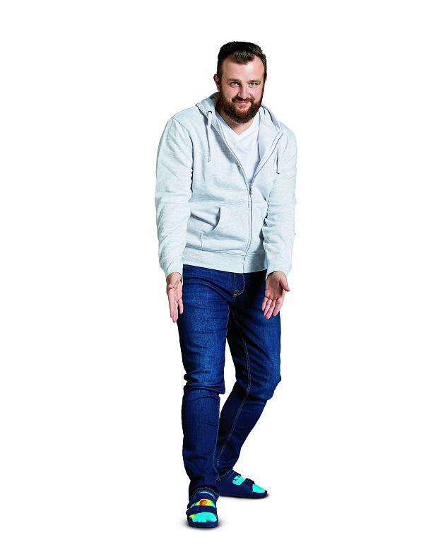 bluza, 79,90 zł (75% bawełna, 25% poliester) T-shirt, 12,90 zł (100% bawełna) spodnie, 79,90 zł (98% bawełna, 2% elastan Lycra) klapki, 29,90 zł (tworzywo sztuczne)