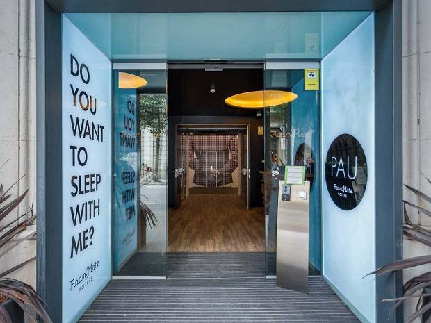 Wejście do hotelu Room Mate Pau w Barcelonie