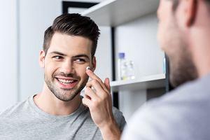 Jak ukryć oznaki zmęczenia? Zainwestuj w dobry krem pod oczy dla mężczyzn!