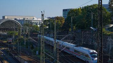 Niemcy, Drezno, pociąg wjeżdżający na stację główną.