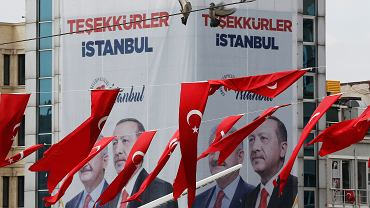 Plakaty powyborcze w Stambule, przy słynnym placu Taksim. Z prawej Recep Tayyip Erdogan, obok były premier Binali Yildirim, kandydat na burmistrza z partii prezydenta, AKP. Napis głosi 'Dziękujemy ci, Stambule', ale na razie trwa ponowne liczenie wyborczych głosów, możliwa jest nawet powtórka głosowania w tym największym tureckim mieście. Zdjęcie z 4 kwietnia 2019 r.